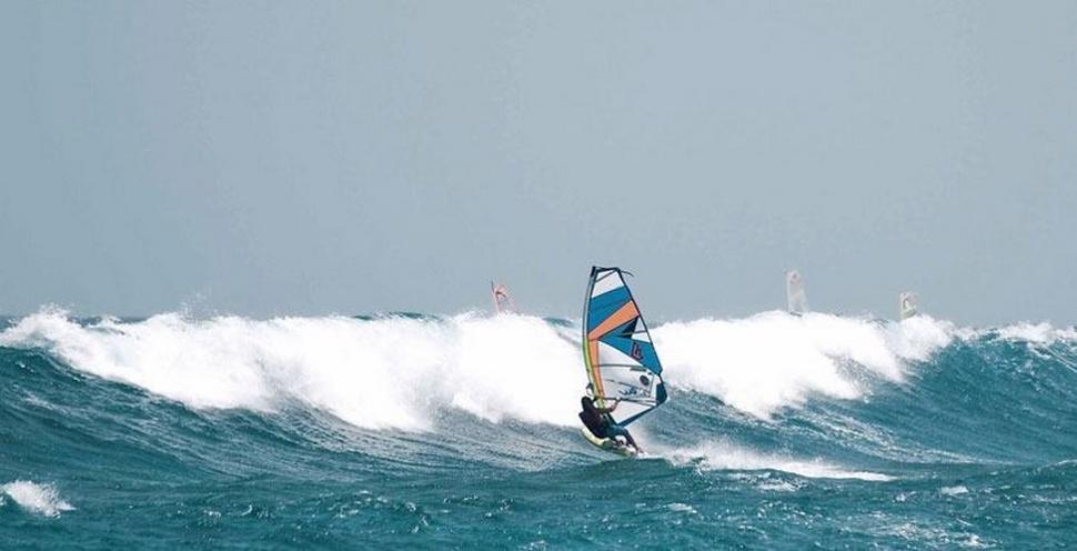 Windsurf dans les vagues à Maui, Hawaii